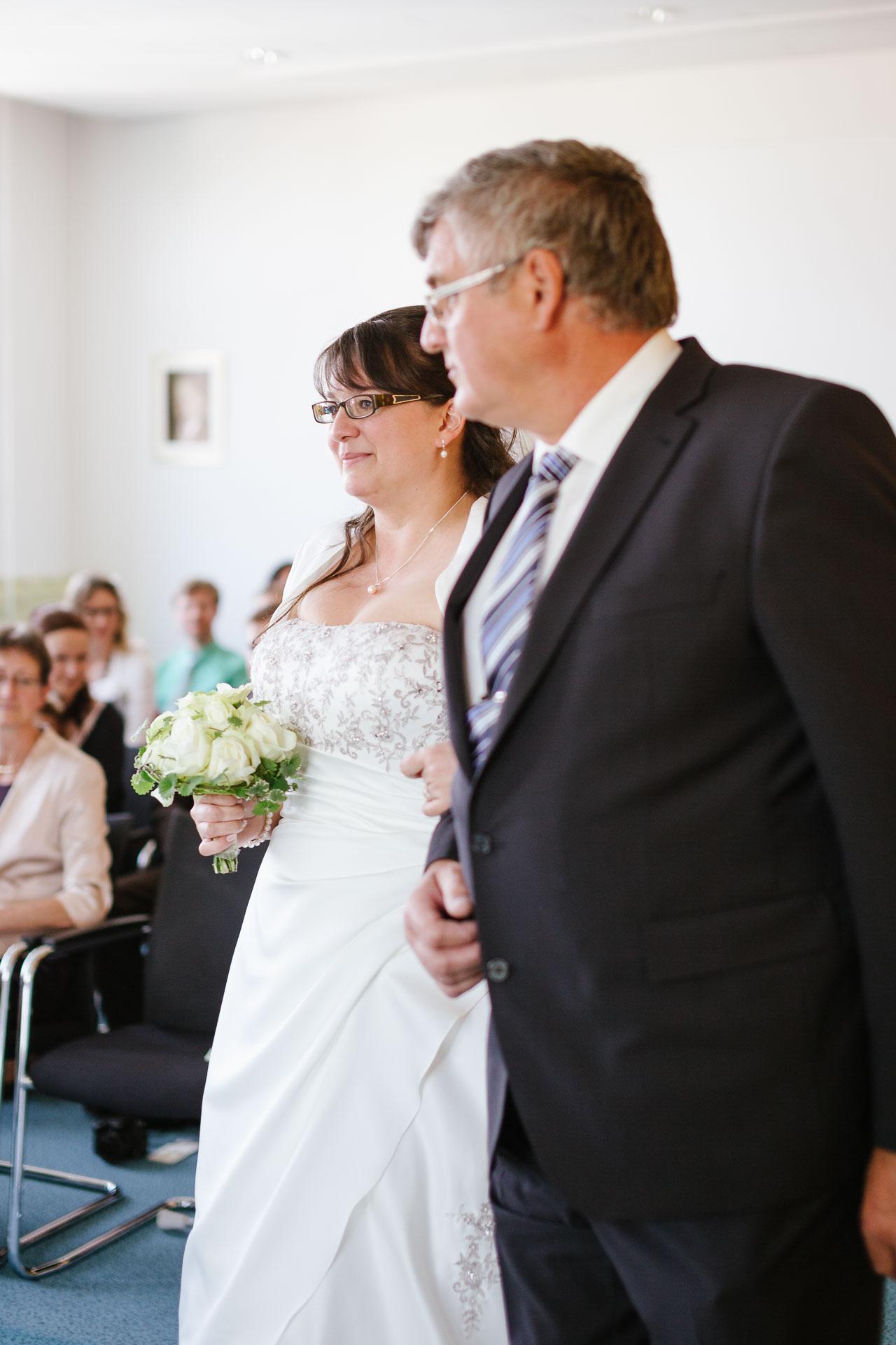 Vater und Tochter im Standesamt