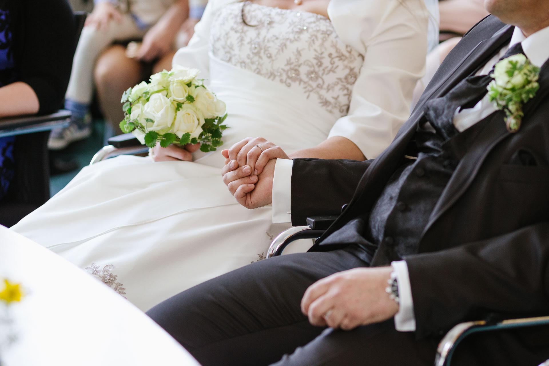 Bruatpaar haltet Händchen