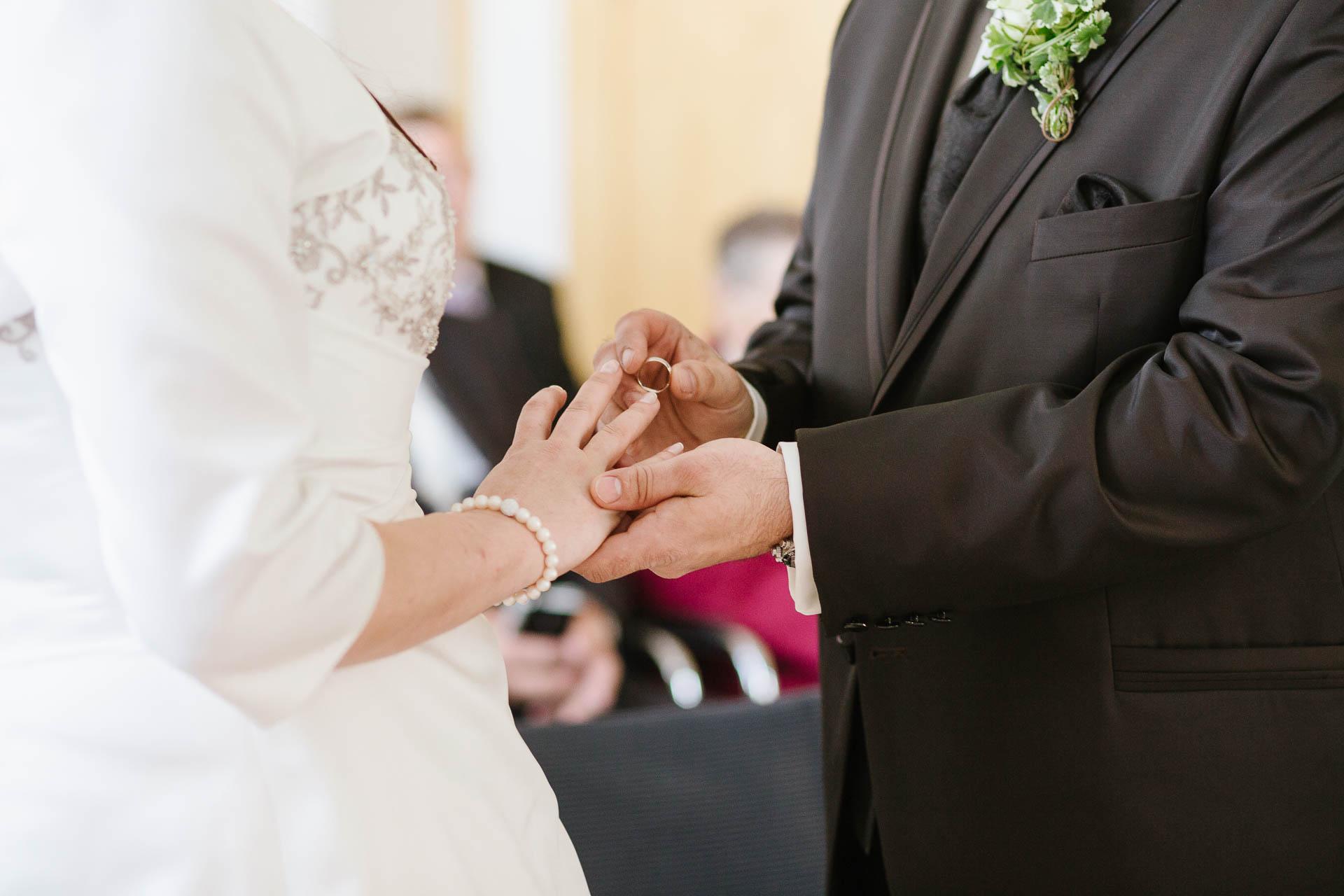 Bräutigam beim Ringtausch mit Braut