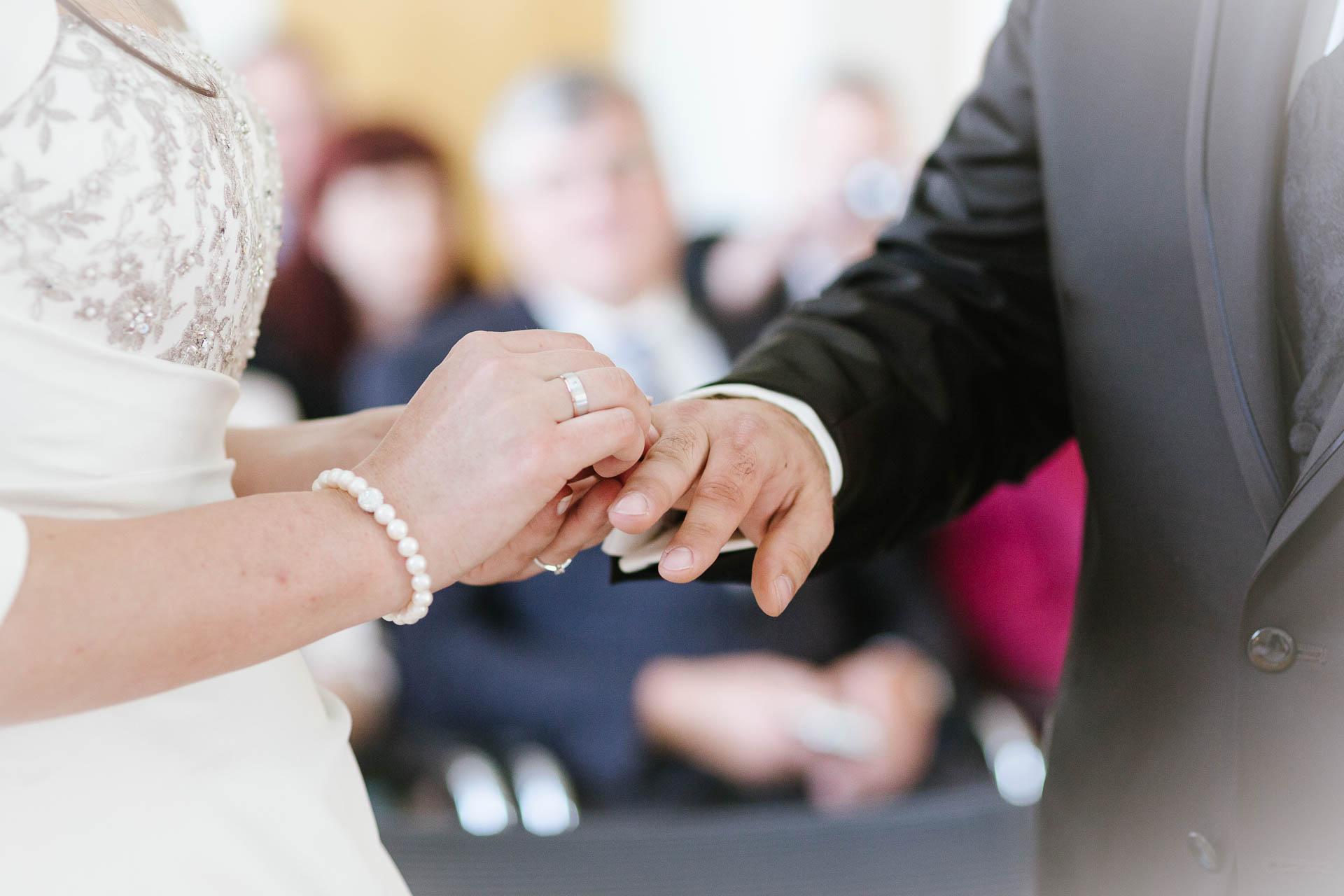Brauti beim Ringtausch mit Bräutigam