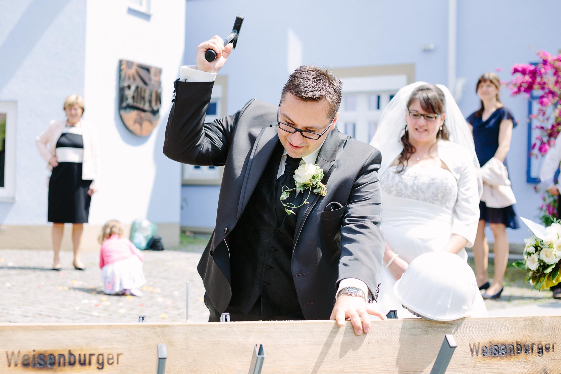 Bräutigam beim Nageln