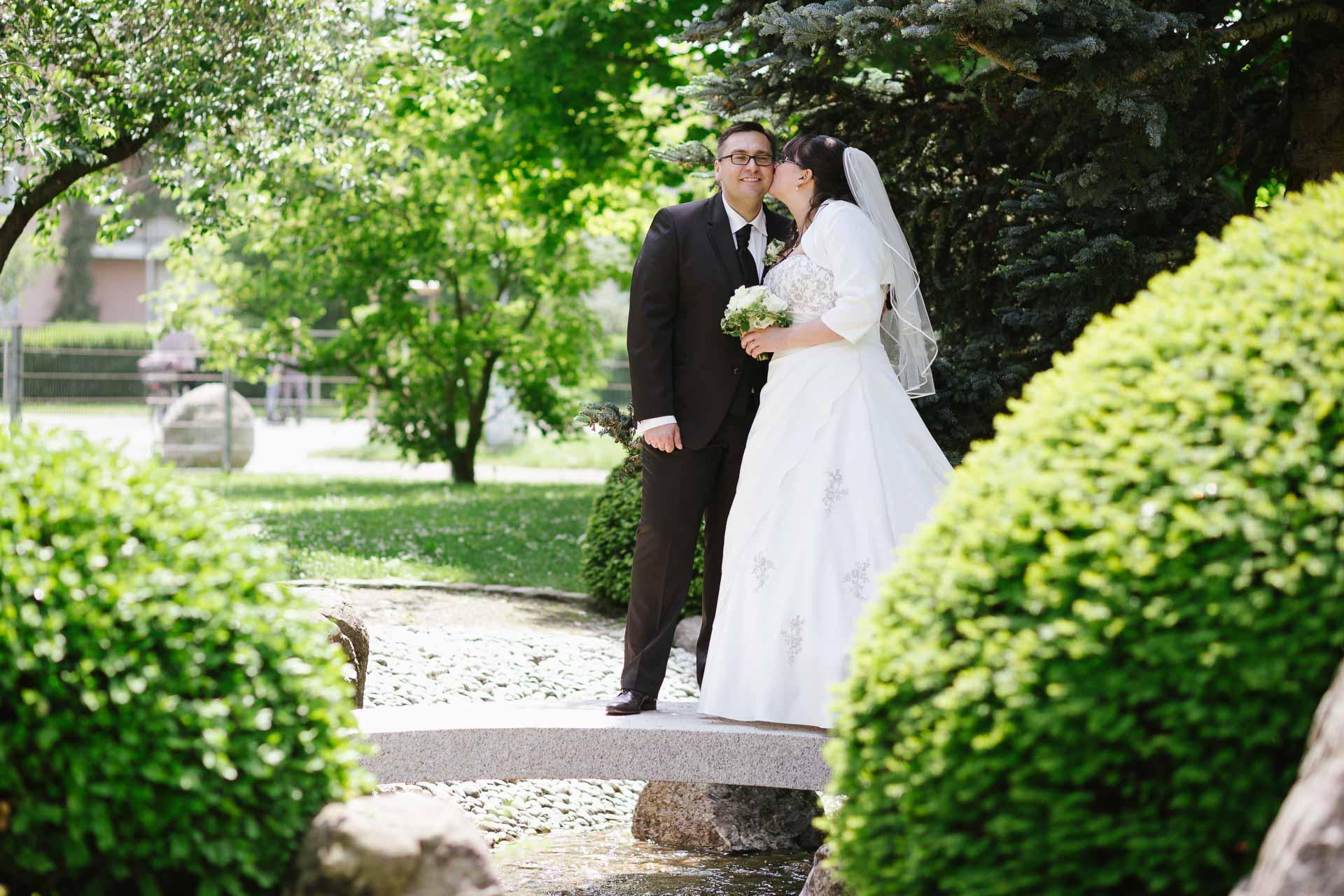 Brautpaarshooting auf kleiner Brücke