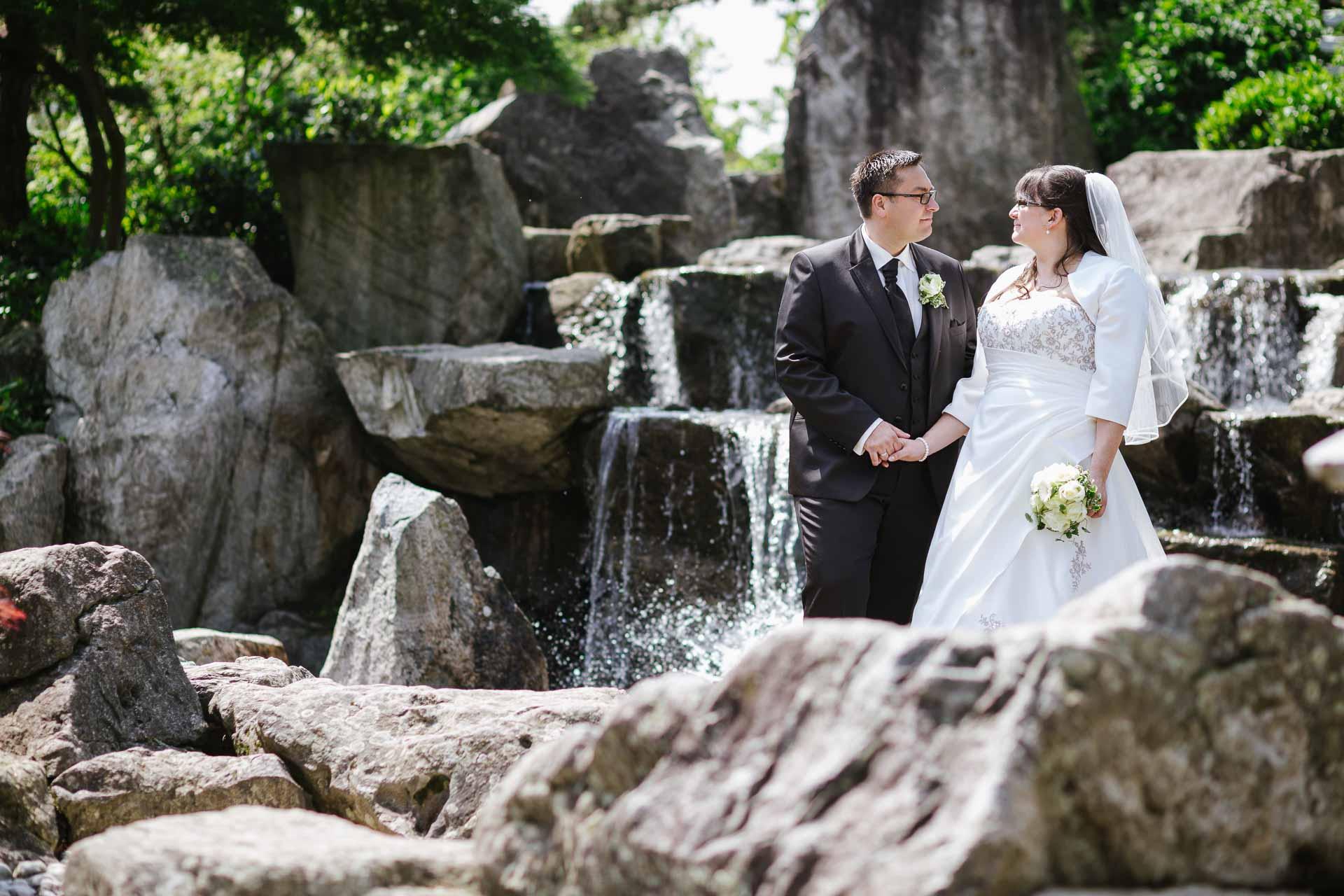 Brautpaar vor Wasserfall