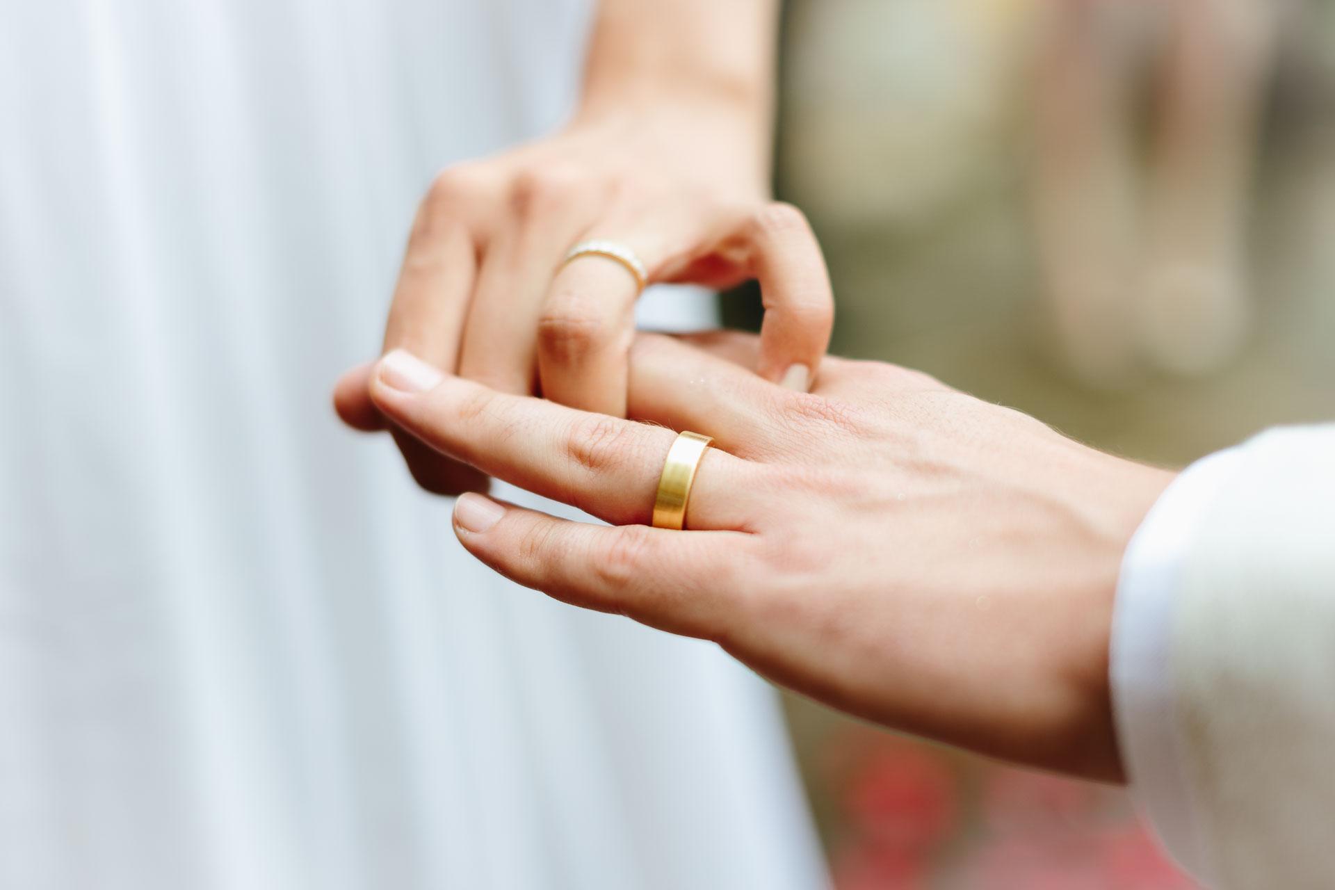 Finger mit Hochzeitsring