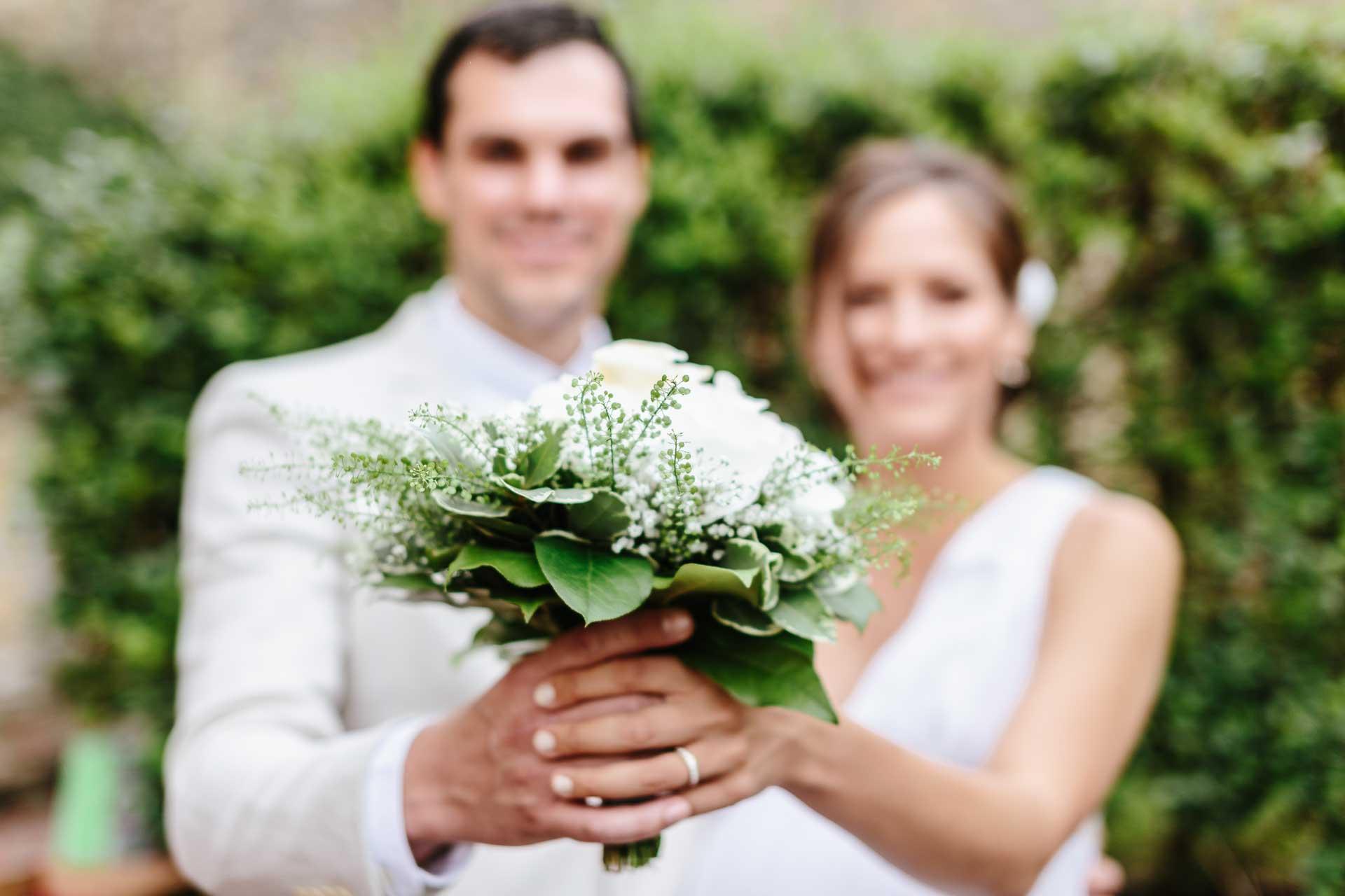 Hochzeit_Loerrach_Paar_mit_Strauss